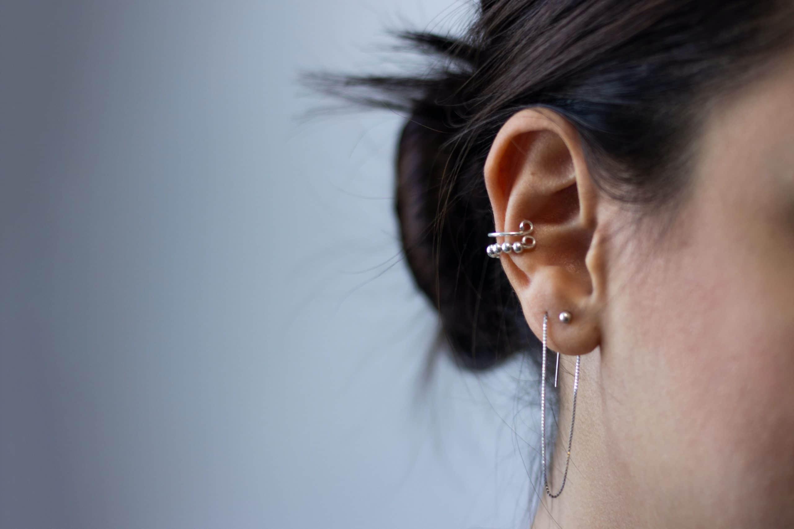 Faut-il vraiment se laver les oreilles avec un coton-tige ?
