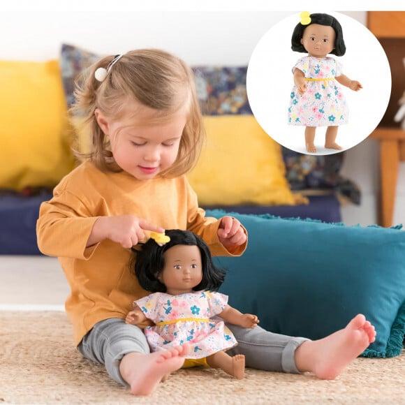 enfant qui joue avec une poupée